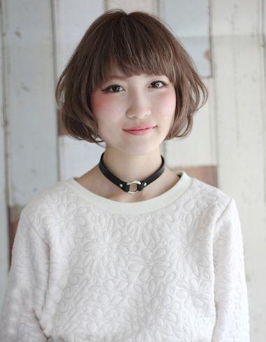 斜刘海有些纹理感,从耳尖上将头发梳了些蓬松的层次短发,带着空气感图片