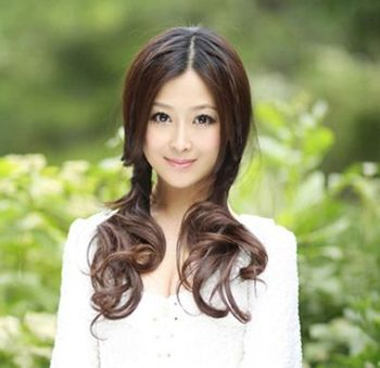 时尚的长卷发在两侧扎成简单的 马尾辫,松散的发髻有效的改善了脸型图片