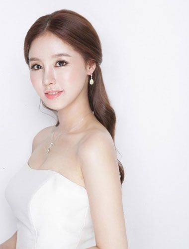 发型师姐编辑:jane 分享到  无刘海新娘发型,搭配敬酒服的时候,短款的