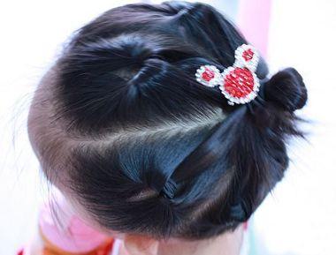 发型师姐编辑:jane 分享到  脸型比较精致的小女孩, 梳头发将周围的