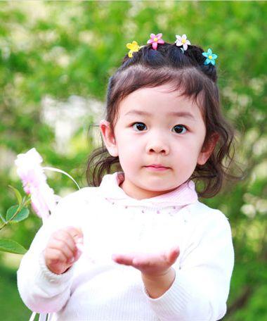 小女孩短发怎样扎头发好看简单图片