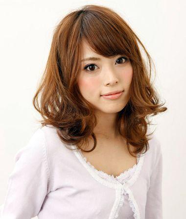 大脸头发少女生,就将少少的短发烫成空气感十足的蓬松微乱型梨花头图片