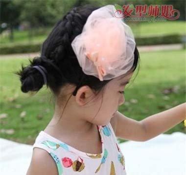 短发编发侧盘发发型,是将头发梳成 斜刘海之后,后侧的头发侧着将头发