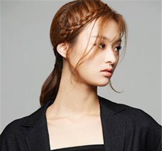 第五步:如此这款甜美时尚的刘海编发马尾辫就