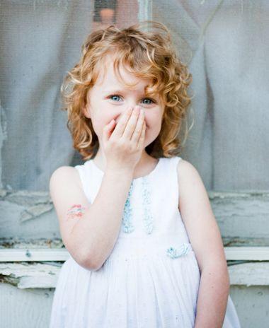 打理成可爱俏皮的小女孩斜刘海中卷短发发型