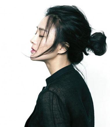 刘海凌乱美丸子头盘发发型,盘起来非常的简单哟,用手将中长发向后梳理图片