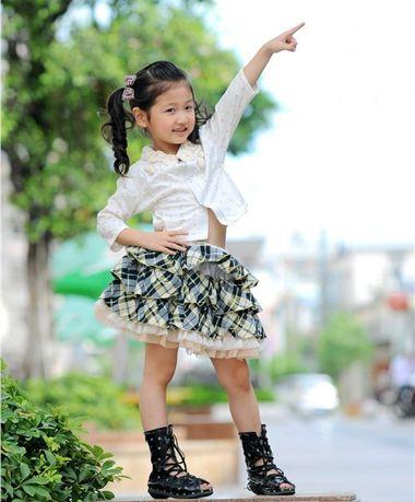 aainforest 分享到  扎发步骤:这款小女孩无刘海双马尾辫发型很时髦哟