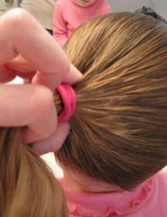 发型diy 长发扎发 >> 儿童简单长发型扎法步骤 10岁儿童演出发型扎法图片