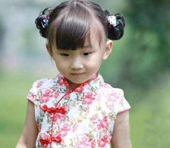 女童齐刘海双花苞头盘发发型 (350x306)图片