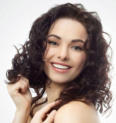 将短发全部烫成小卷发,成为一款灵动而轻盈的满头小卷发发型,披