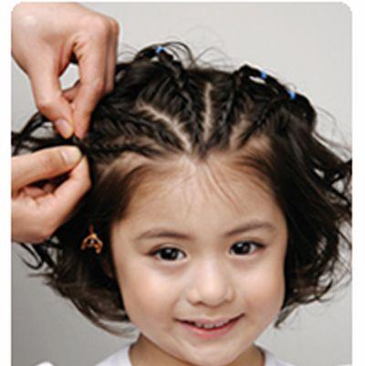 第一步:使用卷发棒将小女孩的短发 波波头卷出蓬松饱满的卷发造型.图片