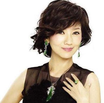50岁女人烫发发型图片 适合50岁女士烫的发型图片