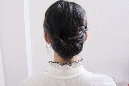 怎么盘简单大方的发型 时尚发型黑色中长直发盘发过程