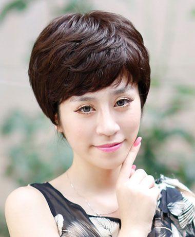 鱼纹一样的烫发曲线,中年女士斜刘海 纹理烫短发发型中,比较能凸显图片