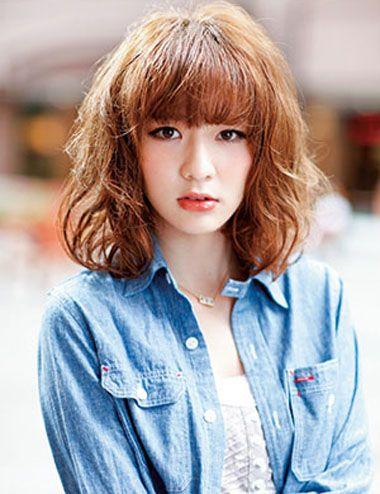 女生,用色彩比较显发丝蓬松的烫发来展现发型的时尚感,高中生空气刘海