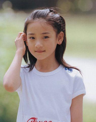 只有头发长一些,柔顺一些的小女孩 扎头发,才能选择柔软漂亮的中长发图片