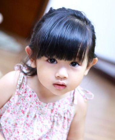 小女孩扎发梳一个齐 刘海,剩余头发扎中等高度的马尾辫,尾端直接垂图片