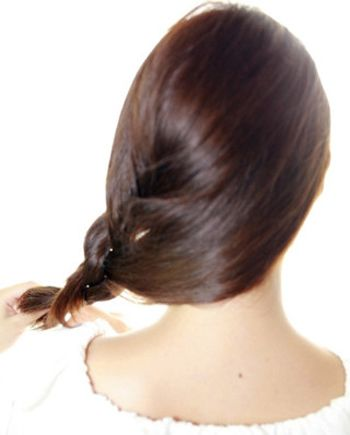 step1:长脸的女孩子将头发拢至左侧,然后编为图片