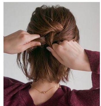 step2:然后在脑后选择上层的头发编为三股的图片