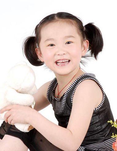 自然卷的 小女孩短发发型,扎成漂亮的短发也很常见,小女孩扎中分之后图片