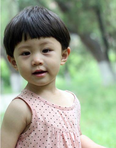小女孩齐刘海短发蘑菇头发型