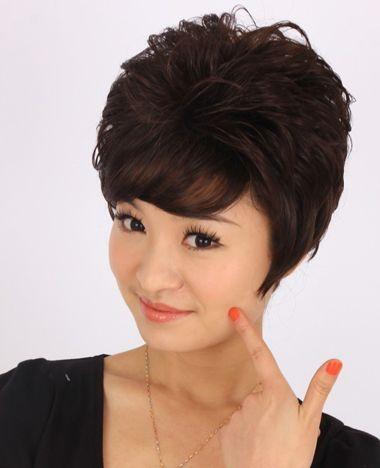 中年女士斜刘海后梳蓬松短烫发发型