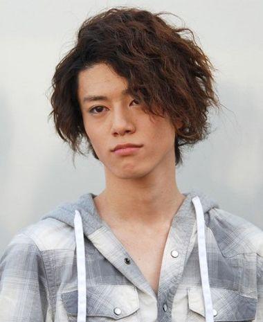男生偏分小卷烫发发型-男生烫头发有多少种类型 男生烫发需要多深多