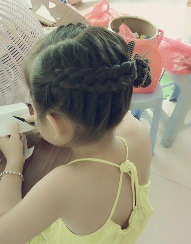 小女孩侧向短发编盘发发型图片