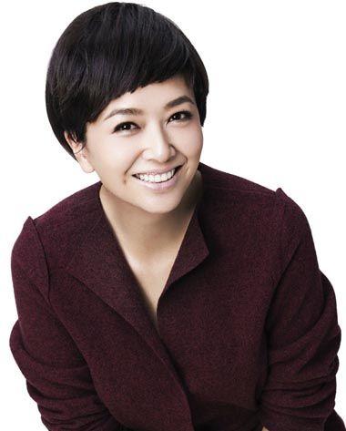 国内中年女演员短发烫发发型图片 中年短发小卷烫发发型