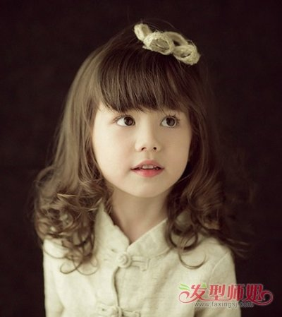 刘海卷烫发梨花头梳发造型,整齐厚实的平刘海,将小女孩饱满的脸型轮廓图片
