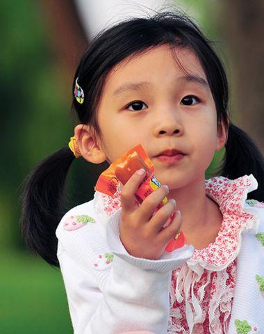 小女孩幼鲍_发型师姐编辑:jane 分享到  年龄尚幼不是妈妈们偷懒的借口,为小女孩
