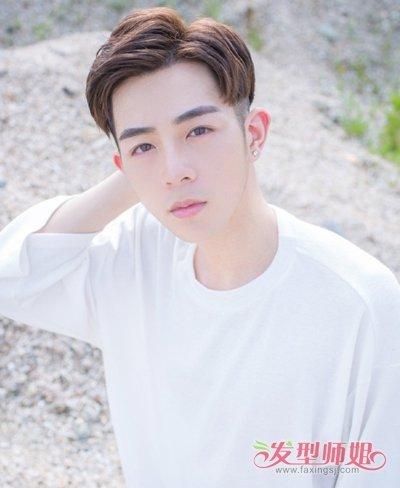 没有刘海的 男生短发发式,清晰展现男孩子帅气俊朗的外形,三七分的斜图片