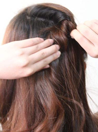 发型设计 学生发型 >> 高中女生扎起头发发型 高中生扎发型图片的步骤