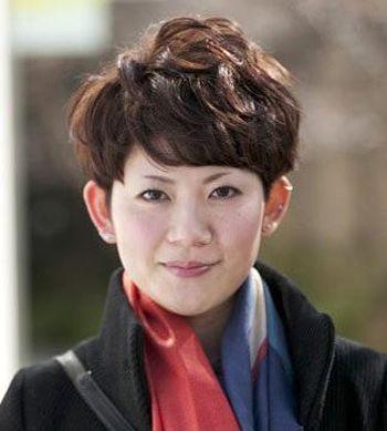 而侧分刘海的短烫发成为了很多中年女的首选发型呢,刘海遮挡额头的图片