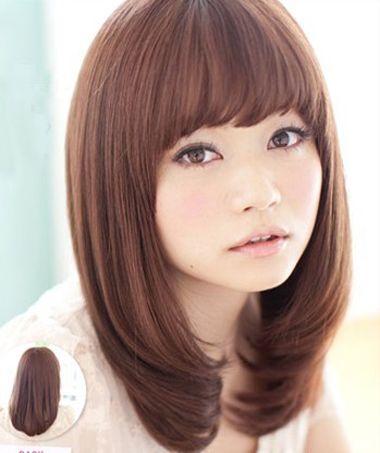 圆脸的内扣刘海造型设计,发尾刚好梳在脖颈的位置,内扣头发线条很