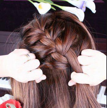 step3:将上半部分的头发编为蝎子辫款式.图片