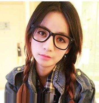 发型师姐编辑:lisa 分享到  中分的双边 麻花辫马尾和大大的黑框眼镜