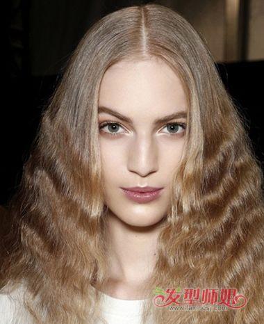 脸型适合怎样的烫发发型 烫长脸麦穗发型图片