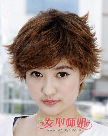 纹理烫短发发型两边和发尾都是很毛糙的,细细碎碎的从耳朵两边将头发图片