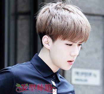 男生在炎热的夏季里,齐 刘海的短直发在保证发型的同时又很有青春图片