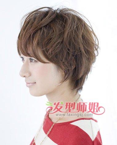 层次向下梳的头发,发尾贴着脖颈将头发梳往下边,头发层次很多,大卷
