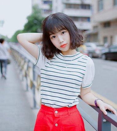 时尚女生的烫小卷短发发型,烫发尾会让发型更加的精致.图片