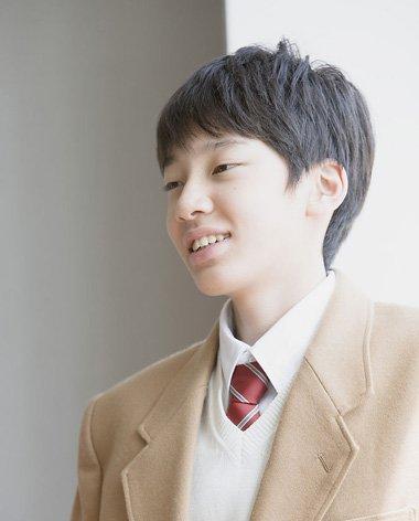 发型师姐编辑:jane 分享到  蓬松而整洁的 男生短发发型,校园中的男生图片