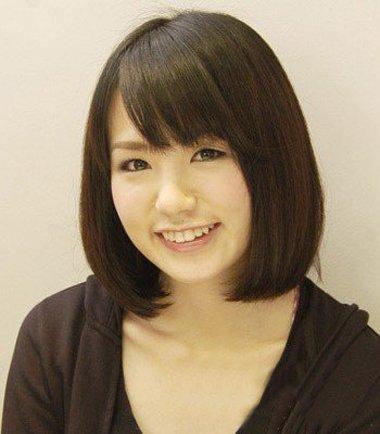 分享到  乖巧的少女系学生头发型,包脸短发顺着脸颊直接梳一下,斜刘海图片