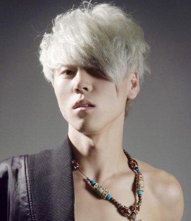 银白色的头发从一侧直接梳过去