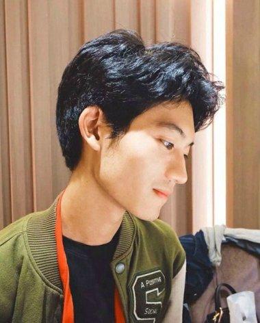 偏分的中卷短 烫发发型,从发际线开始做成向上的 烫发曲线,后侧头发图片