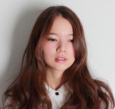 大脸中分大卷烫发发型-脸大适合直发还是卷发 适合中分的卷发 发型师图片