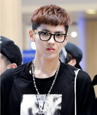 戴大框眼镜男生发型 男学生发型不用发蜡