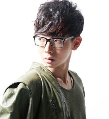 男生什么发型配眼镜_戴大框眼镜男生发型 男学生发型不用发蜡_发型师姐