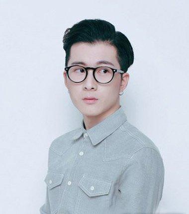 男学生戴眼镜三七分短发发型-戴大框眼镜男生发型 男学生发型不用发